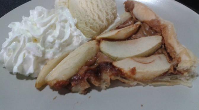 Warme speculoostaart met appeltjes, vanille-ijs en slagroom