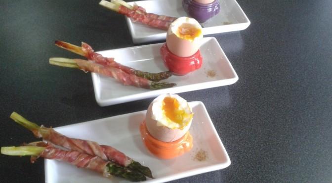 stijlvol aperitiefhapje: groene dipasperges met eitje