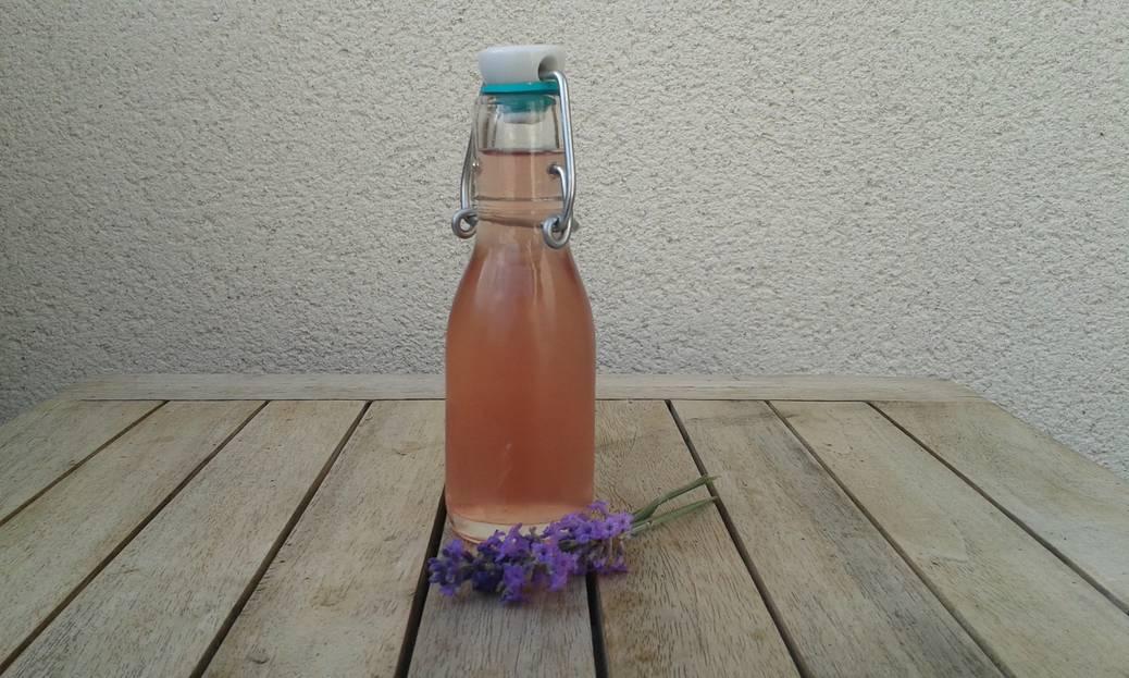 Koken met ingrediënten uit de tuin: lavendelsiroop maken voor een heerlijk drankje!