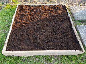 karton en potgrond als bodem