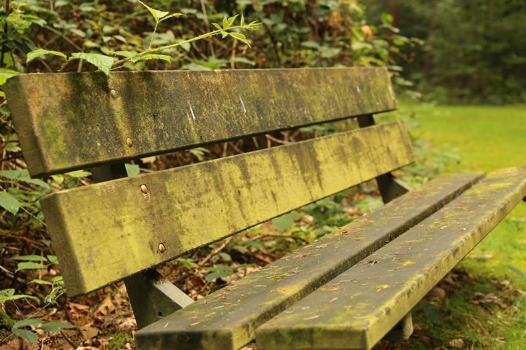 Geef groene aanslag geen kans op je terras en tuinmeubelen
