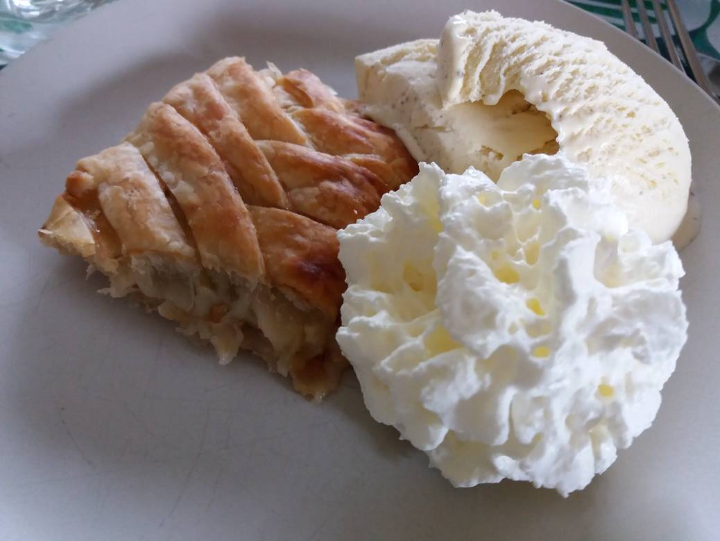 Warm rabarbergebak met ijs en slagroom